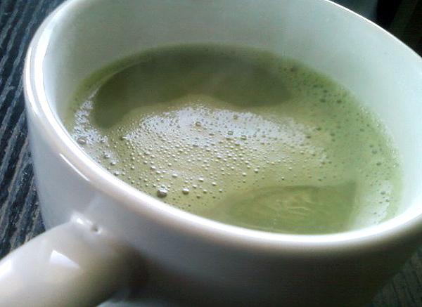 Ceaiul verde seara îmbunătățește somnul – ajută la relaxarea corpului și implicit la pregătirea acestuia pentru un somn odihnitor