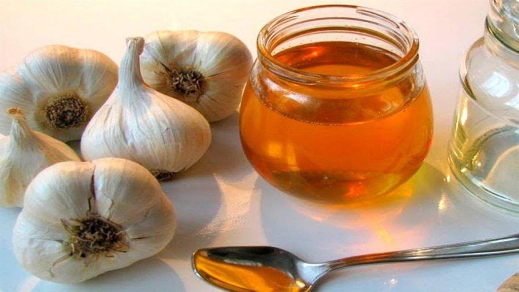 """Maceratul cu miere și usturoi – Remediu natural, denumit și """"penicilina săracului"""""""